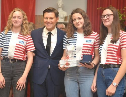 Trois jeunes filles du club de canoë kayak récompensées
